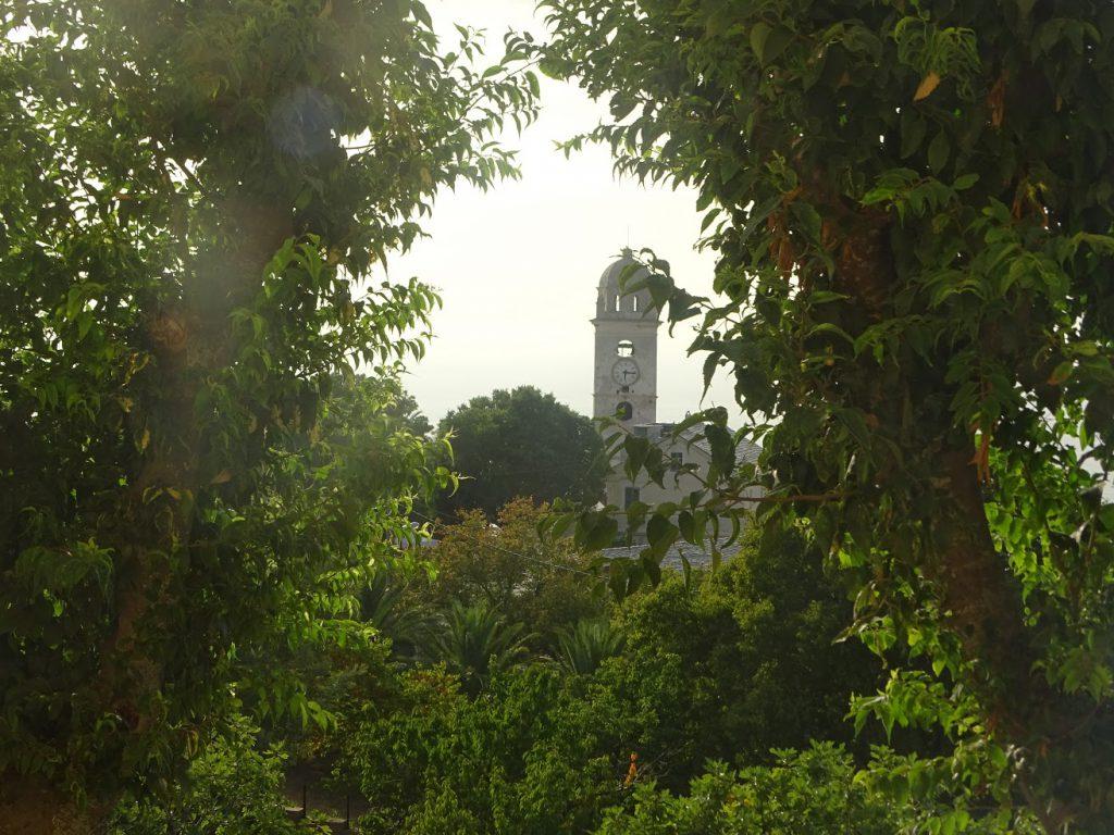 Vue sur le clocher d'une des fenêtres du couvent Saint-François