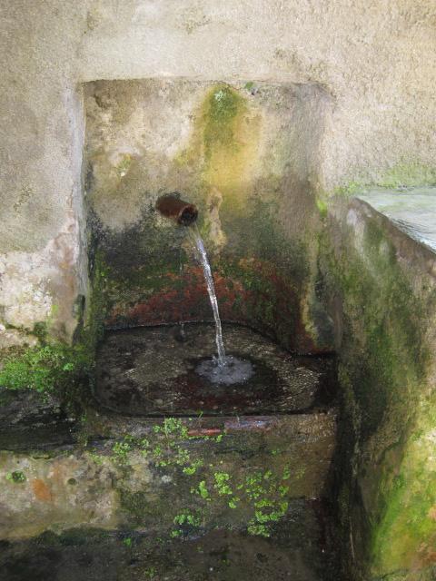 Fontaine latérale - Hameau de Vignale