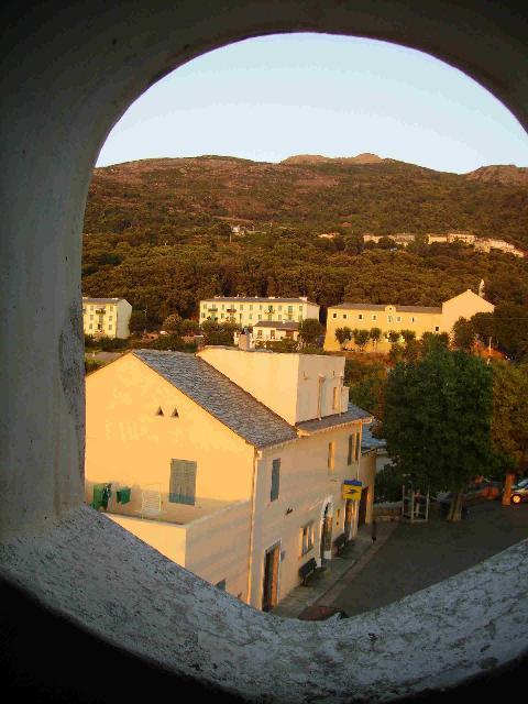 De l'intérieur du clocher, on peut apercevoir la Mairie, le couvent...