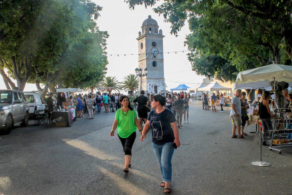 La place du clocher avec les différents stands, Nathalie Chiaramonti et Sandrina Gassmann au premier plan