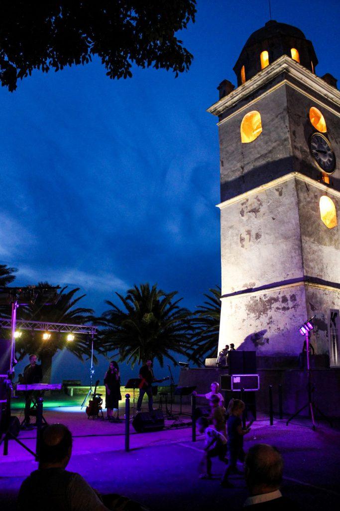 Le clocher à la tombée de la nuit